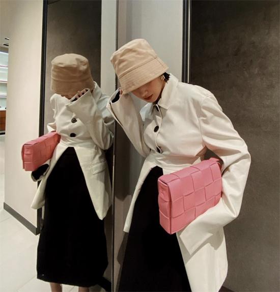 Set đồ thu đông của Châu Bùi trở nên ấn tượng hơn nhờ kiểu mũ thời thượng tông màu trung tính.