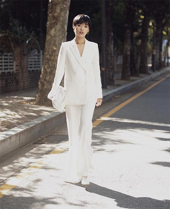 Khánh Linh với phong cách hiện đại khi áp dụng công thức mix đồ white on white.