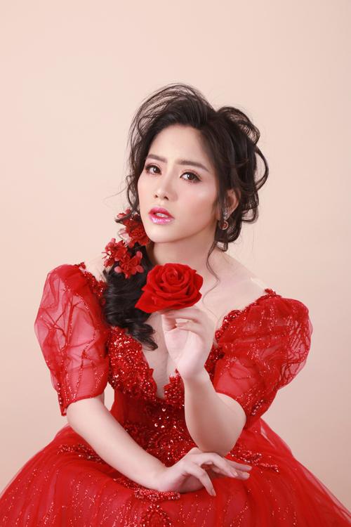 Mái tóc được uốn xoăn nhẹ nhàng, mang tới vẻ đẹp lôi cuốn cho cô dâu. Điểm xuyết thêmcho vẻ ngoàicủa tân nương là phụ kiệncặp tóc hình đóa hoa, bông tai đá quý màu đỏ.