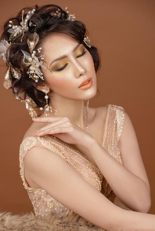Phấn má mang tông hồng cam, được phủ nhiều từ gò má tới mang tai, đem lại sắc độ ửng hồng, tươi tắn cho gương mặt cô dâu mùa đông.