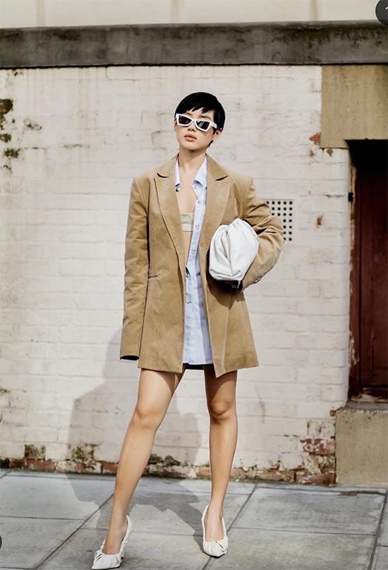 Khánh Linh chọn mẫu áo nhung tông màu hợp mốt mùa thu để mặc cùng váy sơ mi kiểu dáng sexy.