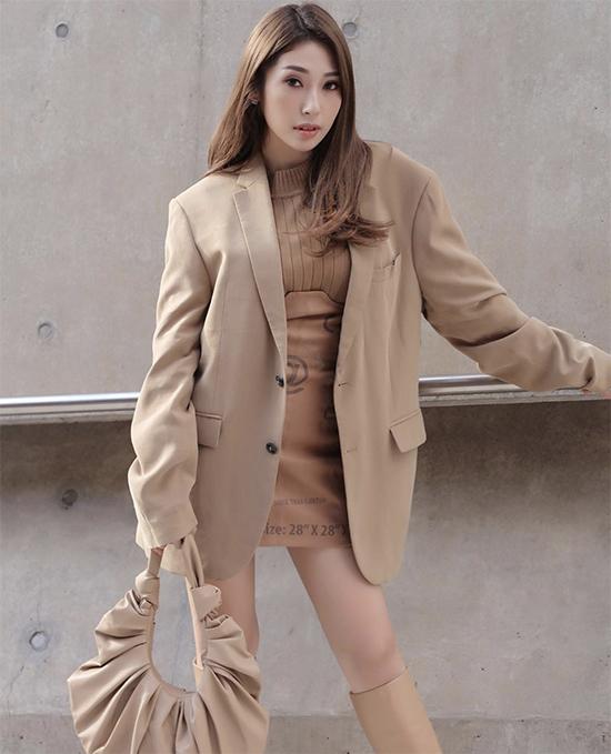 Gam màu trung tính và nâu nhạt đúng trend thu đông được Khổng Tú Quỳnh thể hiện thuyết phục trên set đồ dạo phố.