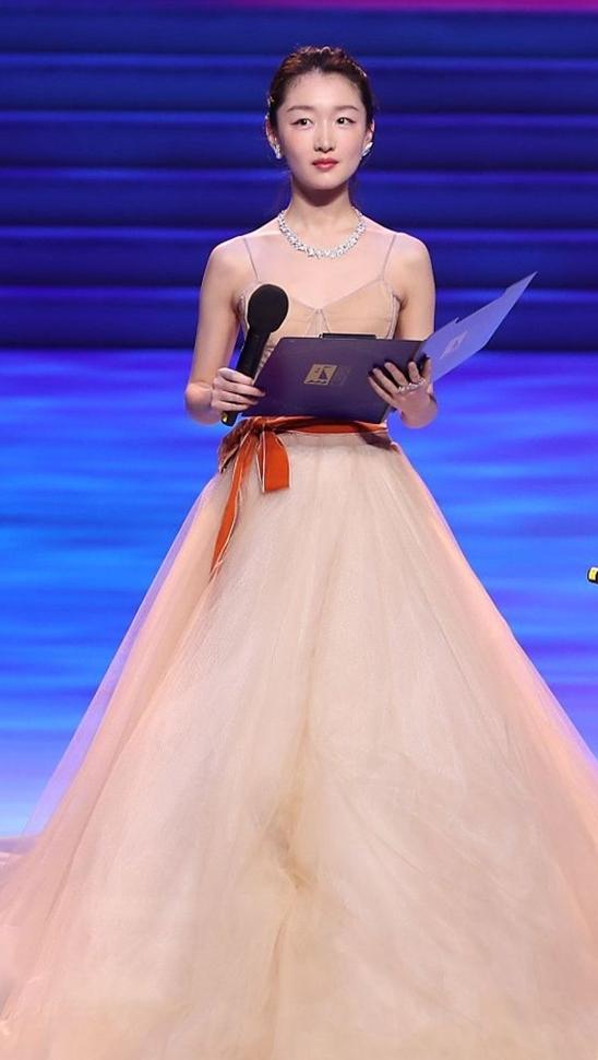 Tiểu hoa đán Châu Đông Vũ là một trong các ngôi sao trẻ phát biểu trong đêm khai mạc.