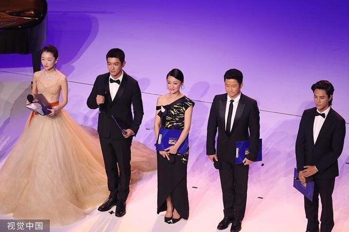 Từ trái qua: Trần Khôn, Ngô Kinh, Châu Tấn, Dịch Dương Thiên Tỉ và Châu Đông Vũ trên sân khấu.