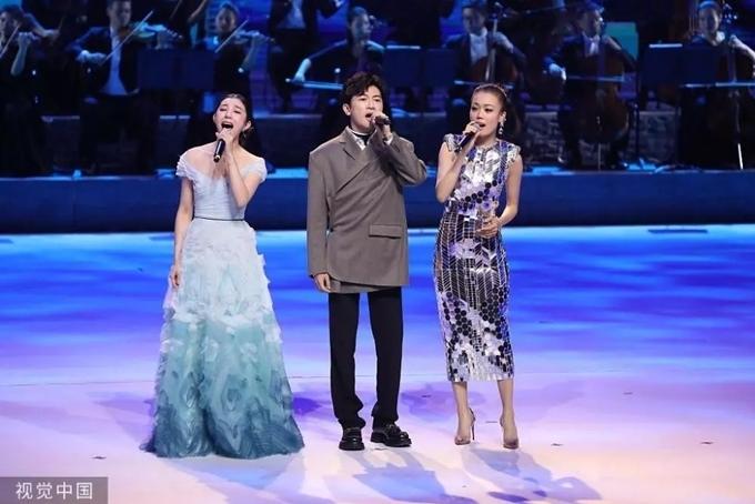 Tô Hữu Bằng hát cùng diva Hong Kong Dung Tổ Nhi (phải) và ca sĩ Trung Quốc Du Việt Việt.