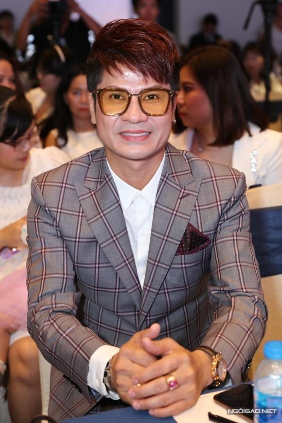Ca sĩ Lương Gia Huy tới chúc mừng cô em thân thiết.
