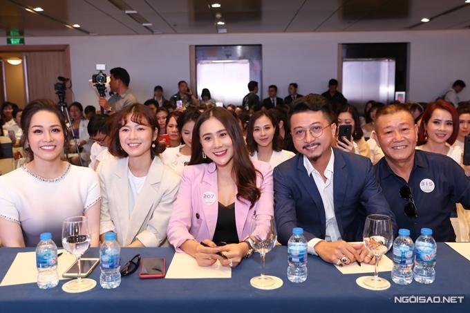 Nhật Kim Anh bên những người đồng nghiệp thân thiết.