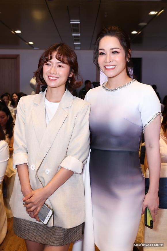 Oanh Kiều - người vào vai con gái của Nhật Kim Anh trong Tiếng sét trong mưa cũng có mặt. Nữ diễn viên sinh năm 1989 được khán giả khen trẻ hơn ở trên phim.