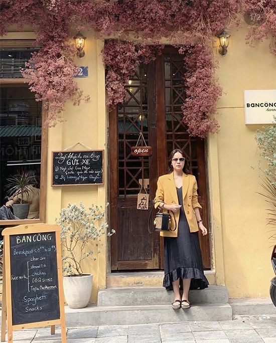Những cô nàng yêu phong cách vintage có thể học hỏi cách phối áo khoác tông vàng cùng chân váy lụa đen như Phạm Quỳnh Anh.