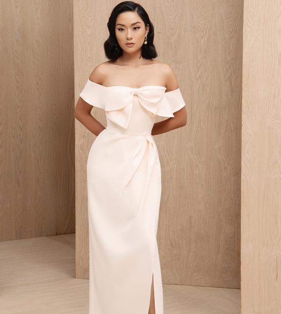 Những chiếc nơ điệu đà được khai thác một cách khéo léo trên váy dạ tiệc. Theo nhà mốt, chi tiết nhắm với ngụ ý, phụ nữ như một món quà mà thượng đế ban tặng cho cuộc sống.