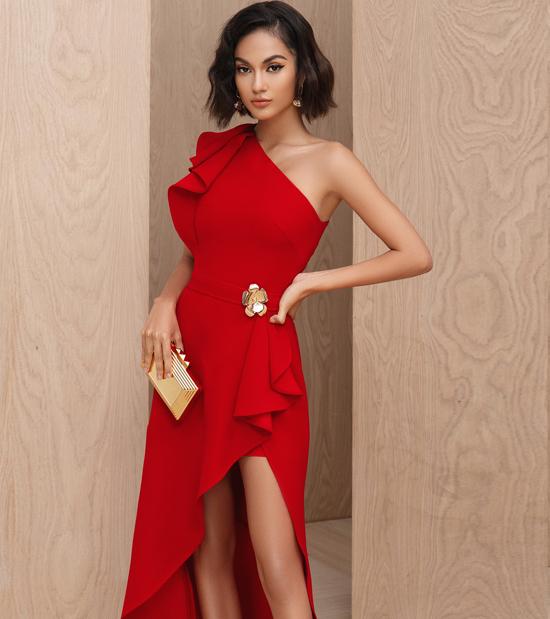 Trước không khí rộn ràng của mùa lễ hội cuối năm, stylist Đinh Thanh Long giới thiệu bộ sưu tập với các kiểu đầm theo phong cách hiện đại.