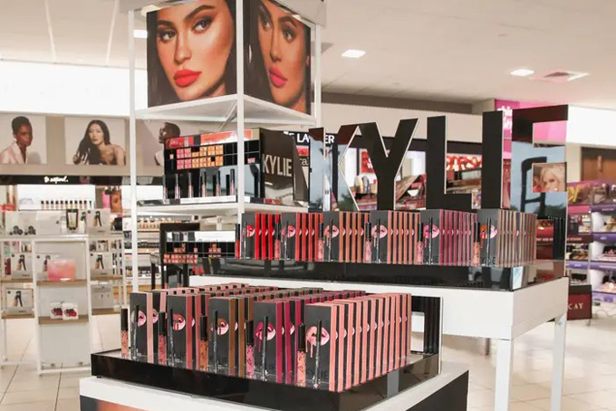 Kylie thành lập công ty mỹ phẩm vào năm 2015 với tên gọi Kylie Lip Kits và cho ra đời dòng sản phẩm đầu tiên là son môi và chì kẻ môi. Ngay khi ra mắt, các sản phẩm này cháy hàng trong vòng một phút. Năm 2016, cô đổi tên công ty thànhKylie Cosmetics, đa dạng hóa sản phẩm và mở rộng sang lĩnh vực chăm sóc da. Cuối năm đó, công ty mỹ phẩm của Kylie có doanh thu 307 triệu USD. Năm 2017, doanh thu củaKylie Cosmetics tăng mạnh, đạt420 triệu USD.