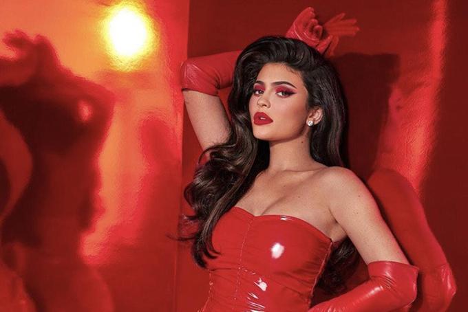 Dù gây nhiều tranh cãi nhưng nhiều chuyên gia không phủ nhận tài năng của Kylie khi đã biết tận dụng sự nổi tiếng và sức ảnh hưởng của bản thân để tạo nên đế chế kinh doanh riêng. Hiện tài sản của cô đã vượt xa các chị gái Kim Kardashian West với 370 triệu USD, Khloe 40 triệu USD, Kourtney 35 triệu USD và Kendall 30 triệu USD. Ảnh: Kylie Comestic.