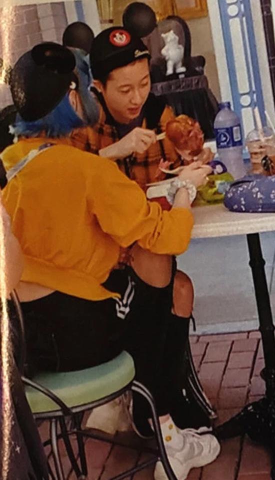 Hai vé vào Disney Land Hong Kong khoảng gần 1000 HKD, tiền mua hai chiếc mũ cũng vài trăm HKD, chưa kể bữa tối, nhưng Trác Lâm rất hào phóng với bạn đời. Cả hai đã có một ngày rất vui vẻ bên nhau.