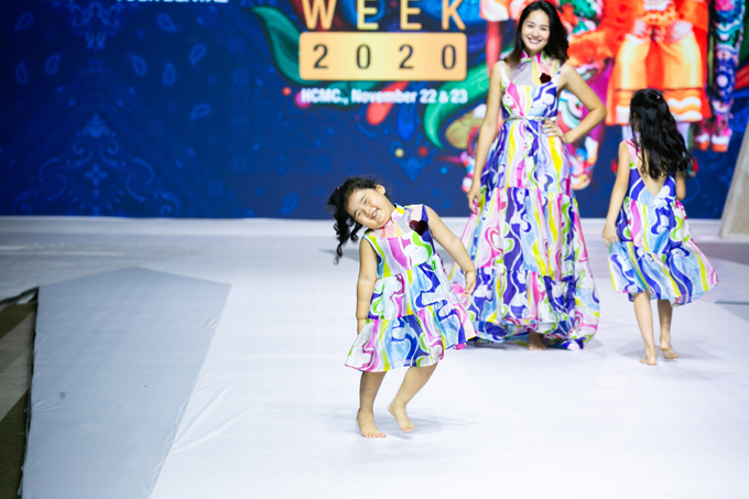 Tiểu Panda và Polar tự tin cùng mẹ biểu diễn với phong thái nhí nhảnh, tự nhiên. Với Polar, sân khấu thời trang như một  khoảng sân chơi của bé cùng chị gái và mẹ.
