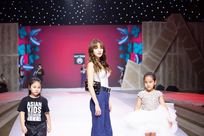 Minh Hằng catwalk cùng 25 mẫu nhí cho bộ sưu tập kể về những nàng công chúa bước ra từ câu chuyện cổ tích.