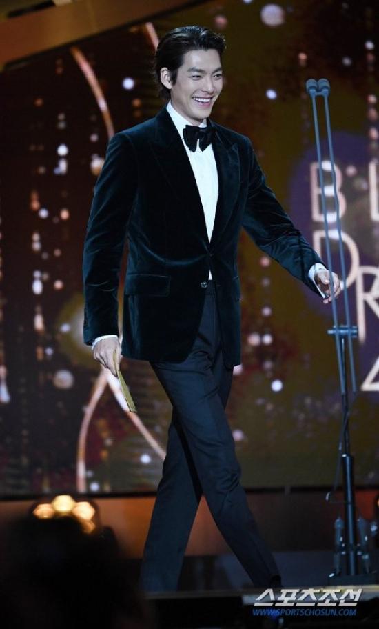 Woo Bin trên sân khấu Lễ trao giải Rồng Xanh 2019.