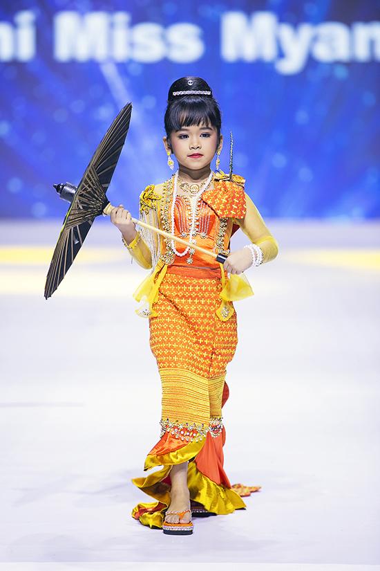 Dàn mẫu nhí Myanmar hầu hết đều ở lứa tuổi tiểu học, nhưng thể hiện bản lĩnh chuyên nghiệp trên sàn diễn lớn.