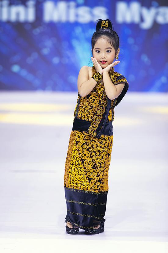 Bên cạnh phần catwalk bài bản, các bạn nhỏ Myanmar còn thu hút bằng cách tạo dáng ngây ngô, dễ thương.