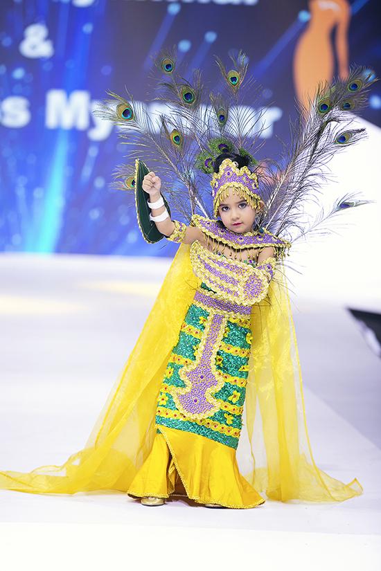 Xuất hiện tại sàn diễn được thiết kế hoành tráng là những gương mặt nổi bật trong cuộc thi Mini Mr, Mini Miss tổ chức tại Myanmar.