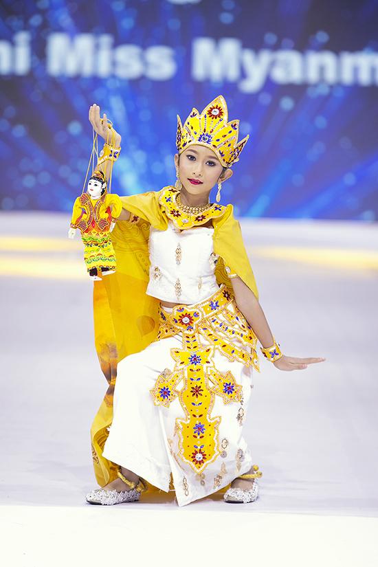 Cùng với Thái Lan, Philippines, đại diện của Myanmar thể hiện sự đầu tư bài bản về trang phục và phong cách trình diễn tại chương trình năm nay.