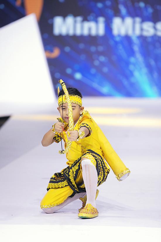 Đạo diễn Nguyễn Hưng Phúc cho biết, đến với tuần lễ thời trang thiếu nhi 2020, các nhà mốt thế giới tập trung rất kỹ lưỡng cho phần trình diễn trang phục truyền thống.