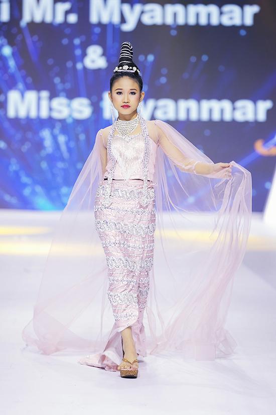 Sau đêm khai mạc, Asian Kids Fashion Week 2020 tiếp tục diễn ra vào tối 23/11 với phần giới thiệu các bộ sưu tập của những nhà mốt tên tuổi trong nước và quốc tế.