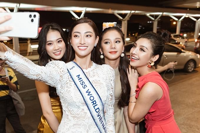 Các thí sinh Miss World Vietnam 2019 chụp ảnh kỷ niệm với Thuỳ Linh.