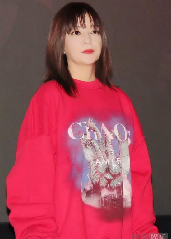 Triệu Vy và nam diễn viên Cát Ưu gặp gỡ ký giả trong buổi giới thiệu bộ phim mới Hai Hổ. Nữ diễn viên mặc áo thun rộng rực rỡ, gương mặt trang điểm khá đậm. Kiểu tóc mới của Triệu Vy cùng phong cách ăn mặc này khiến cô bị dìm hàng trước các ống kính.