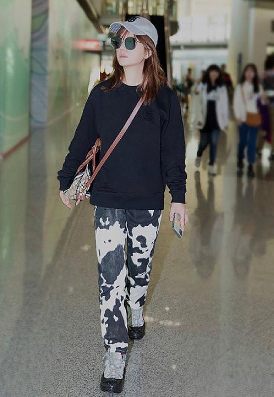 Trước đó, khi xuất hiện ở sân bay, ngôi sao Hoa ngữ cũng bị chê vì thời trang như bà thím.