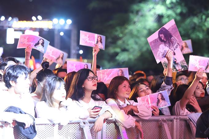 Bùi Bích Phương là khách mời được mong chờ nhất tại đêm nhạc. Nhiều tiếng trước khi sự kiện diễn ra, hàng trăm người hâm mộ đã đến để có vị trí đẹp và mang theo nhiều hình ảnh của cô.
