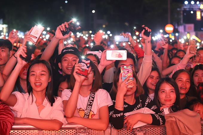 Ở khu vực khán giả, hàng nghìn người bật đèn flash, đu đưa và hát theo Bích Phương.