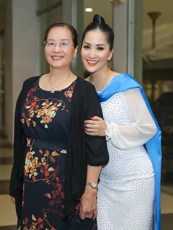 Mẹ của Khánh Thi cũng có mặt tại hậu trường buổi biểu diễn để ủng hộ cháu ngoại và các con.