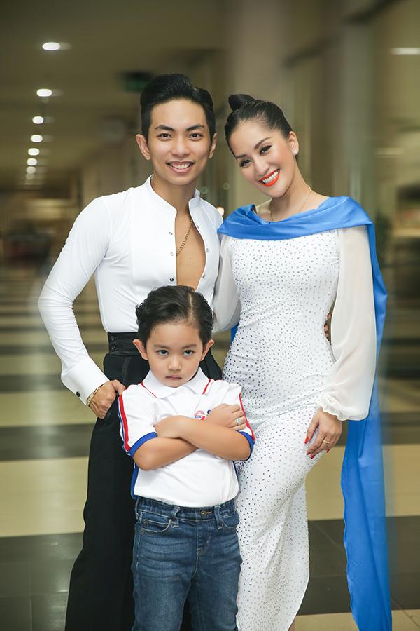 Kubi có năng khiếu nhảy múa từ nhỏ. Cậu bé thường xuyên theo bố mẹ đến trung tâm dạy múa dancesport và học cùng các anh chị lớn. Khánh Thi đánh giá con trai có nhiều khả năng kế nghiệp bố mẹ.