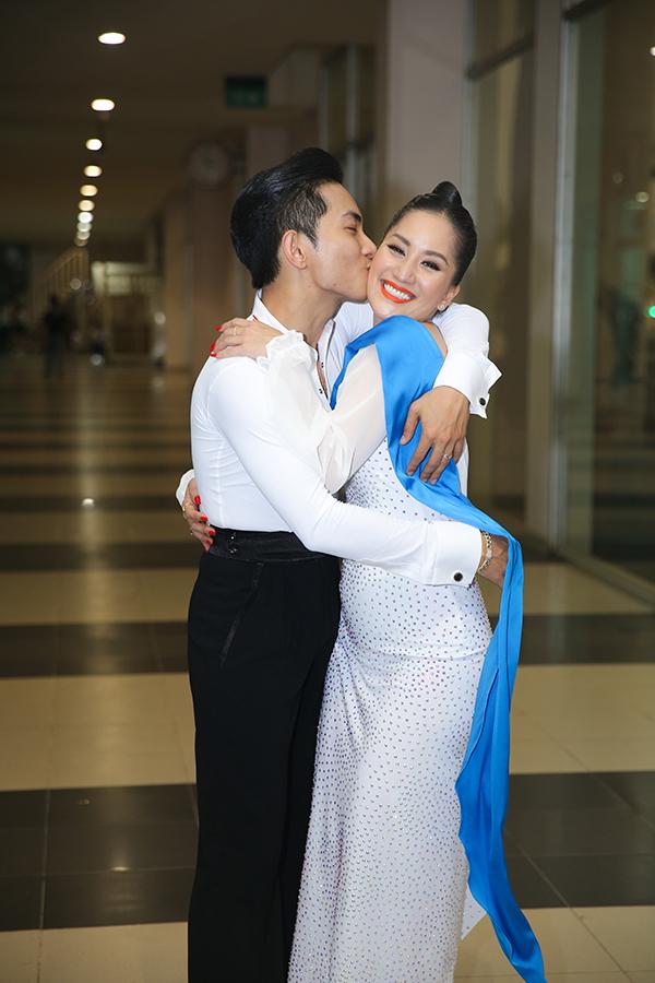 Trước mặt mẹ và con trai, Phan Hiển thoải mái ôm hôn Khánh Thi. Gần đây, cặp đôi thường xuyên phải xa nhau vì Phan Hiển bận rộn với lịch tập huấn ở nước ngoài.