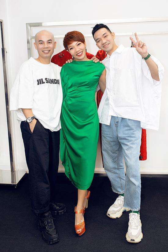 Trần Thu Hà (đứng giữa) chụp ảnh cùng hai nhà thiết kế Vũ Ngọc và Son.