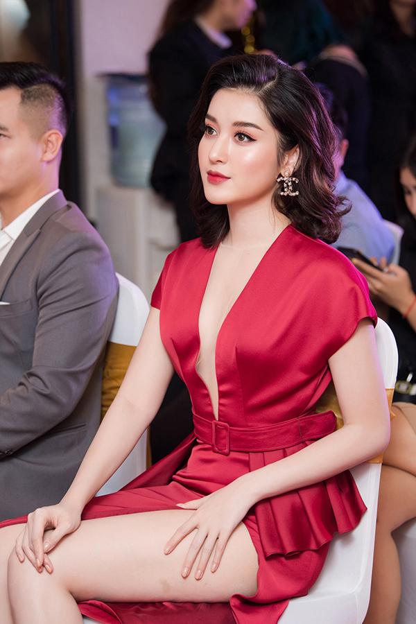 Khi ngồi theo dõi sự kiện, cô khéo léo dùng tay che đùi để không bị hớ hênh trước các khách mời và ống kính truyền thông.