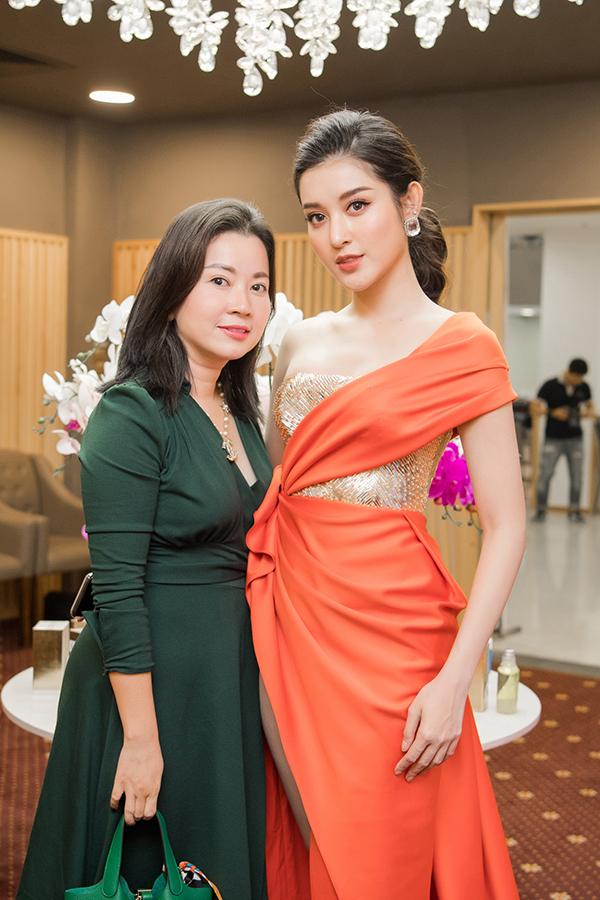 Xuất hiện cùng con gái, mẹ Huyền My được khen xinh đẹp, trẻ trung hơn tuổi và hai mẹ con trông như hai chị em.