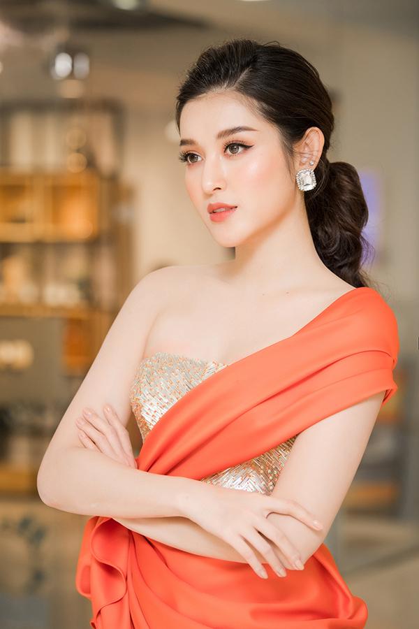 Người đẹp trang điểm tông cam để đồng điệu với màu sắc của trang phục.
