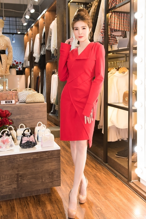 Lilly Luta diện thiết kế màu đỏ nổi bật trong ngày giới thiệu cửa hàng. Nữ diễn viên mong ước có cơ sở kinh doanh riêng từ lâu nhưng chưa thể thực hiện. Sau nhiều năm đóng phim, cô tích cóp tiền mở một thương hiệu thời trang mang tên mình.