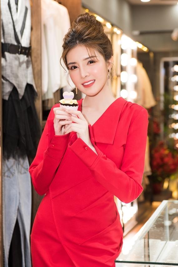 Cửa hàng của hot girl kinh doanh đa dạng các mặt hàng thời trang, phụ kiện dành cho phái đẹp.