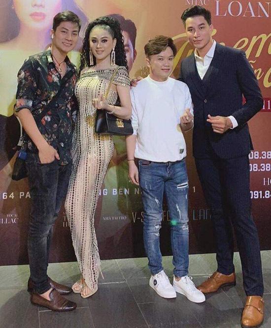 Lâm Khánh Chi và ông xã Trần Phi Hùng đến ủng hộ đồng nghiệp. Hai vợ chồng chụp ảnh cùng những người bạn.
