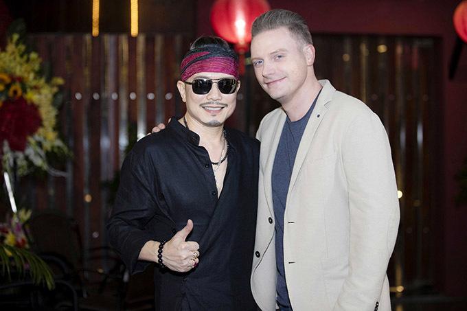 Kyo York vui vẻ hội ngộ Jimmii Nguyễn tại phòng trà Đồng Dao.