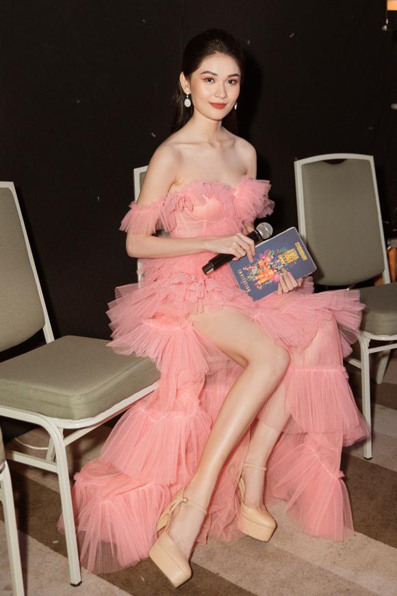 Á hậu Thùy Dung hóa công chúa kiều diễm trong mẫu đầm xếp tầng bồng bềnh của NTK Lê Ngọc Lâm.