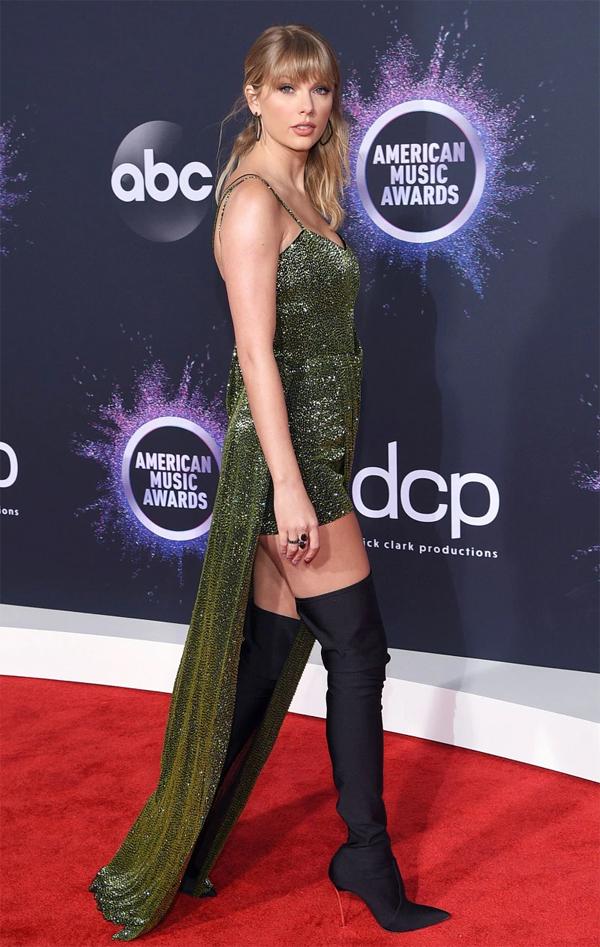 Taylor Swift mặc jumpsuit khoe chân dài trên thảm đỏ. Cô được trao giải Nghệ sĩ của Thập kỷ tại sự kiện này.