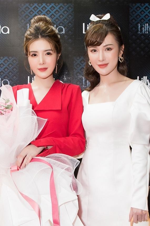 Kelly Nguyễn diện váy trắng thanh lịch đến ủng hộ Lilly Luta lên chức bà chủ.