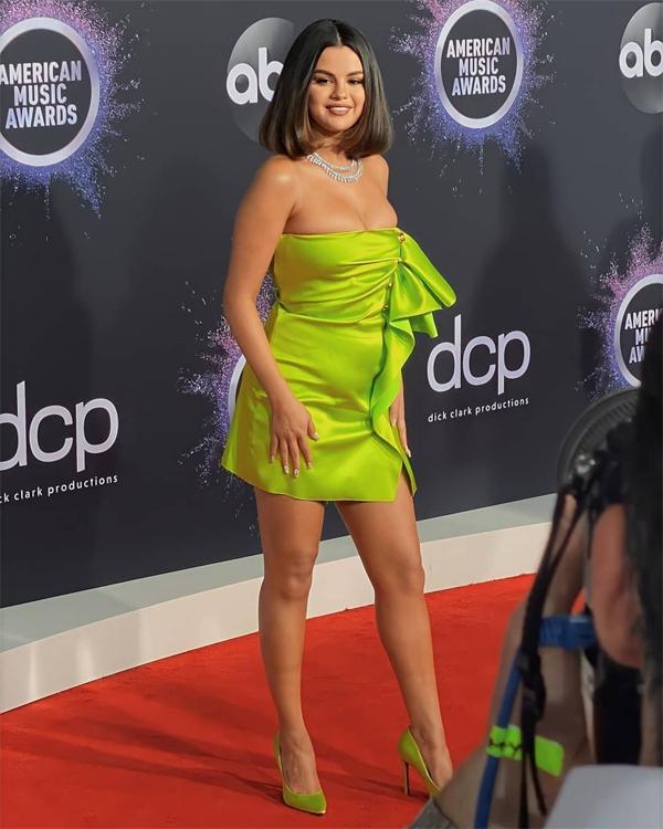 Ngôi sao 27 tuổi khoe dáng với váy ngắn thương hiệu Versace. Bộ đầm tôn vòng một đầy đặn của cô.
