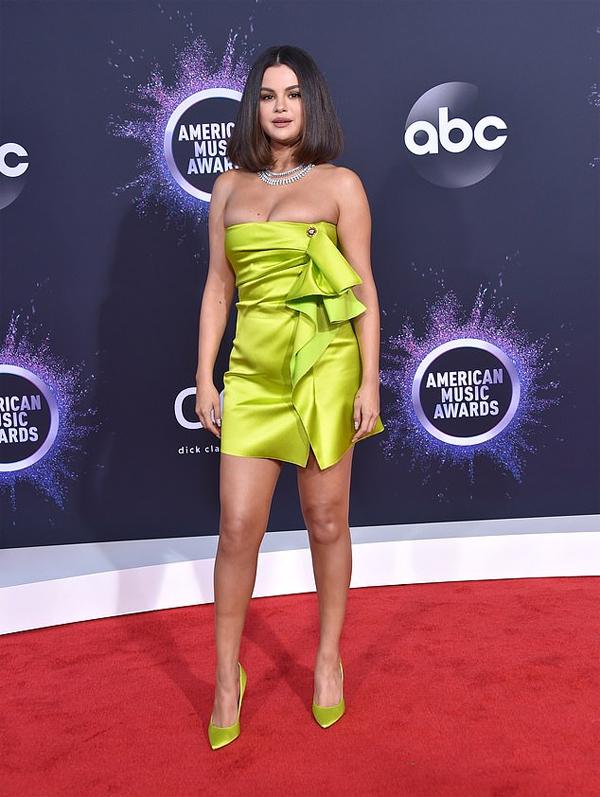 Selena Gomez quay trở lại American Music Awards sau hai năm vắng bóng. Cô trình diễn hai ca khúc mới Lose You to Love Me và Look at Her Now tại lễ trao giải.