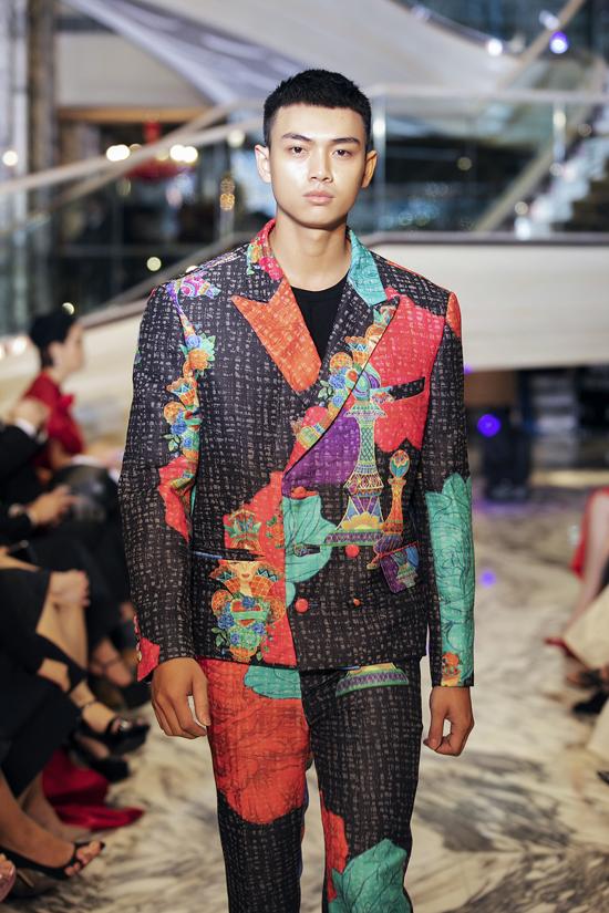 Ngoài các mẫu váy đầm điệu đà dành cho nữ giới, bộ sưu tập thu đông còn giới thiệu nhiều kiểu vest, suit cho phái mạnh.