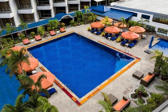 Khách sạn đủ tiêu chuẩn 4 sao với nhiều tiện nghi như hồ bơi, quán cà phê phục vụ 24h, dịch vụ massage, phòng tập thể hình, nhà hàng Nhật Bản... Jen nằm gần khu giải trí Malate và không quá xa khu thương mại Makati. Vì thế, nó là gợi ý không tồi nếu bạn du lịch Manila. ẢnhAgoda